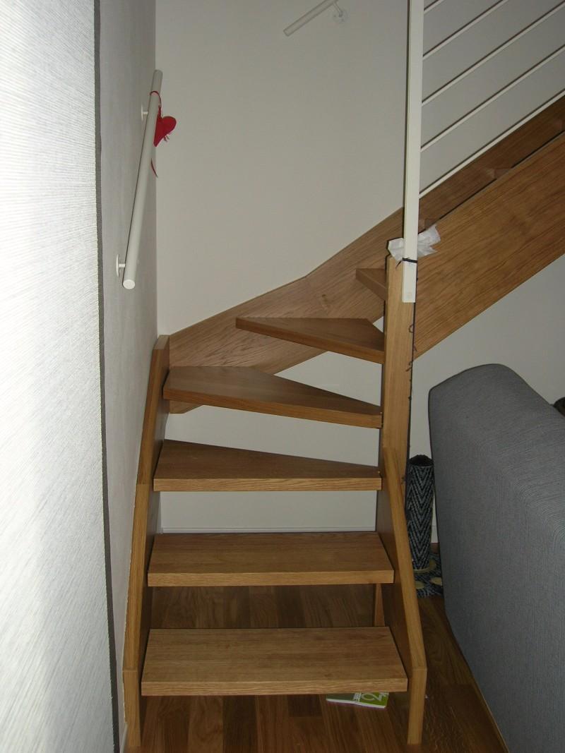 Corrimano scale in legno di scala in muratura con scala in legno di rovere composta da pedata - Corrimano a muro per scale interne ...